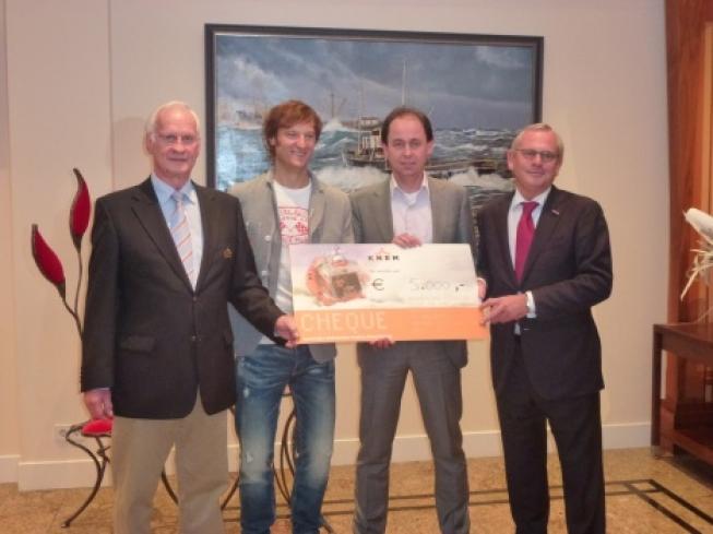 KNRM Noordwijk ontvangt cheque Palace Hotel